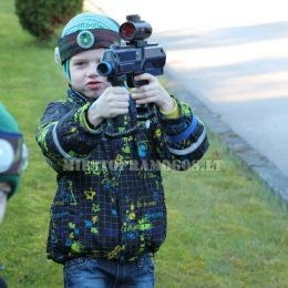 Vaikas su lazerių žaidimo įranga