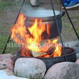 Po Laser Tag žaidimo gamtoje ant ugnies verdama sriuba