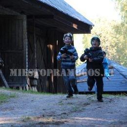 Laser Tag išvykoje į sodybą - bėgantys vaikai