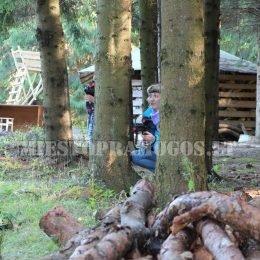 Laser Tag žaidėjai slepiasi miške