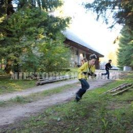 Bėgantys vaikai su lazerių žaidimo įranga