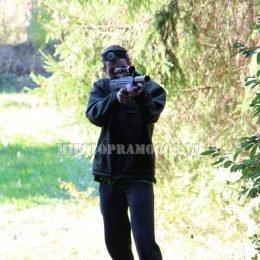 Vyras miške su Laser Tag įranga, snaiperis