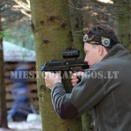 Vyras miške su Laser Tag įranga