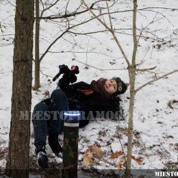 Žiema, sniegas, vaikas su lazerių žaidimo įranga - aktyvios pramogos su Laser Tag