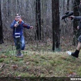 Vaikas miške su Laser Tag įranga
