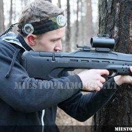 Berniukas miške pozuoja su Laser Tag įranga, snaiperis