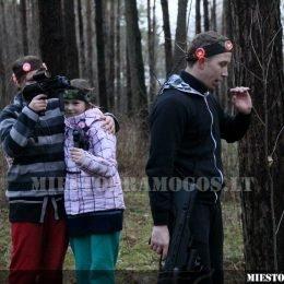 Burys vaikų žaidžia su lazeriais miške
