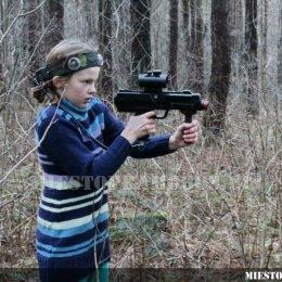 Vaikas su lazerių žaidimo įranga - aktyvios pramogos su Laser Tag
