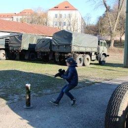 Vyksta Laser Tag žaidimas. Lazerių žaidimas Vilniuje Karo technikos muziejuje.