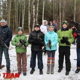 Vaikų gimtadienis gamoje su Laser Tag. Lazerių arena miške žiemą. Antakalnis, Vilnius.
