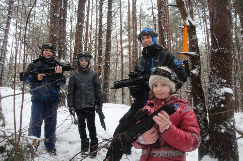 Ir lyja, ir sninga, o mes vis tiek miške žaidžiam