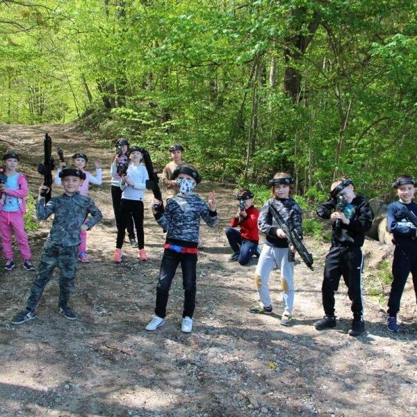Laser Tag žaidimui gamtoje vaikų būrys pasiruošęs